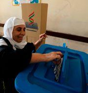 En kvinna röstar i Arbil.  SAFIN HAMED / AFP
