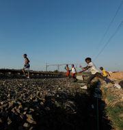 Barn går över en förstörd järnväg i Soweto, Sydafrika. Landets president Cyril Ramaphosa har meddelat att hjälpinsatserna mot landets fattigaste som drabbats av pandemin förlängs Themba Hadebe / TT NYHETSBYRÅN
