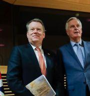 Storbritanniens brexitförhandlare David Frost och  EU:s chefsförhandlare Michel Barnier. Olivier Hoslet / TT NYHETSBYRÅN