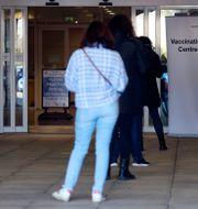Människor i kö till vaccinering i Reading.  Steve Parsons / TT NYHETSBYRÅN