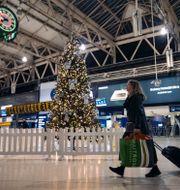 Kvinna på en brittisk flygplats/Tom Britton. TT