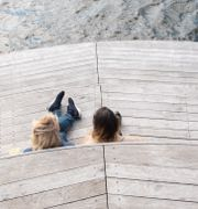 Två personer på en brygga i Hammarby sjöstad i Stockholm njuter i det vackra vårvädret den 18 april. Fredrik Sandberg/TT / TT NYHETSBYRÅN