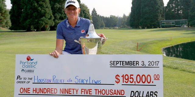 Stacy Lewis med segerchecken. JONATHAN FERREY / GETTY IMAGES NORTH AMERICA