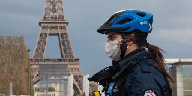Polis med ansiktsmask i Paris.  Michel Euler / TT NYHETSBYRÅN