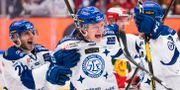 Leksands Anton Karlsson jublar efter 0-1 tillsammans med Kevin Schulze och Filip Johansson under direktkval 5 till SHL mellan Mora och Leksand. DANIEL ERIKSSON / BILDBYRÅN