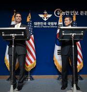 USA:s försvarsminister Mark Esper med sin koreanske motsvarighet Jeong Kyeong-doo. Jung Yeon-je / TT NYHETSBYRÅN