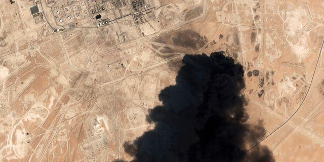 Satellitbild på oljefältet som träffades av drönare.  TT NYHETSBYRÅN