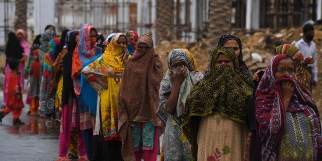 Kvinnor köar i Pakistan för att få mat under karantänen.  ASIF HASSAN / TT NYHETSBYRÅN