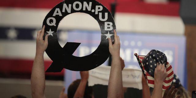 Arkivbild: Qanon-symboler har synts vid Donald Trumps valmöten. SCOTT OLSON / GETTY IMAGES NORTH AMERICA