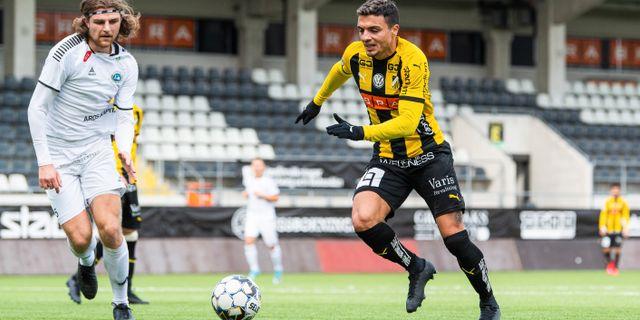 Häckens Ahmed Yasin med bollen.  MATHIAS BERGELD / BILDBYRÅN