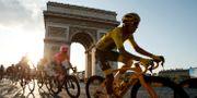 Arkivbild: Egan Bernal i den gula ledartröjan framför Triumfbågen i Paris under fjolårets tour. Gonzalo Fuentes / TT NYHETSBYRÅN