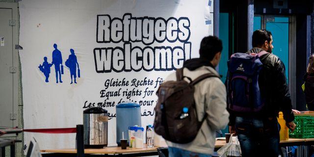Bild från 2015. Refugees Welcome tar emot på centralstationen i Rostock.  Marcus Ericsson/TT / TT NYHETSBYRÅN