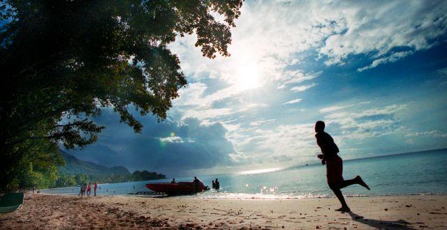 Illustrationsbild. En person springer på en strand i Seychellerna.  Yvonne Åsell / SvD / TT / TT NYHETSBYRÅN