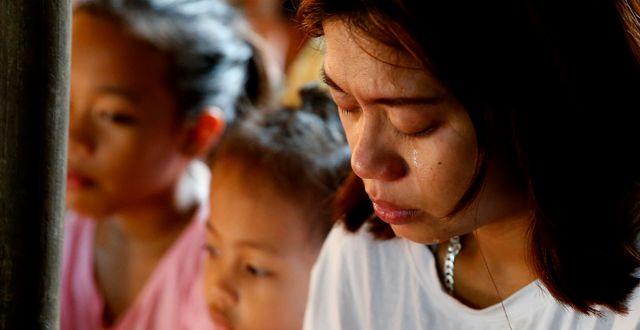 Leejay Acopio sörjer sin treåriga dotter Myka, som dödades i en polisräd förra sommaren. Arkivfoto. Bullit Marquez / TT NYHETSBYRÅN