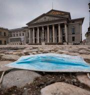 Ett munskydd utenför operahuset i München. Peter Kneffel / TT NYHETSBYRÅN