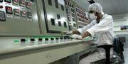 En person i Iran jobbar på en urananläggning. Vahid Salemi / TT / NTB Scanpix