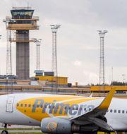 Ett flygplan landar på Malmö Airport med flygtornet i bakgrunden. Johan Nilsson/TT / TT NYHETSBYRÅN