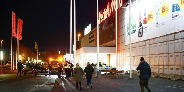 Polispatruller utanför Coop i Bäckebol, där kvinnan greps av polisen Thomas Johansson/TT / TT NYHETSBYRÅN