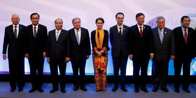 FN:s generalsekreterare Antonoi Guterres, Burmas ledare Aung San Suu Kyi och andra asiatiska ledare i Filippinerna.  ERIK DE CASTRO / TT NYHETSBYRÅN
