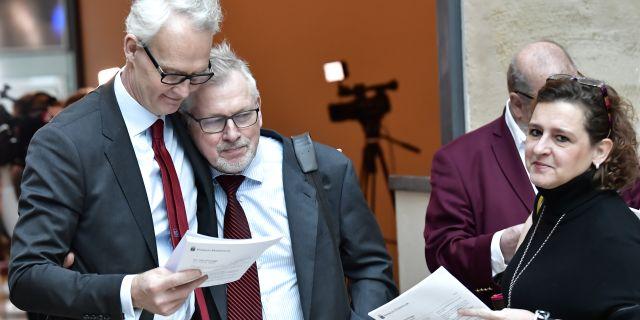 Försvarsadvokaterna Stephane Pleijel, Leif Gustafson och Cristina Bergner läser domen i Stockholms tingsrätt. Jonas Ekströmer/TT / TT NYHETSBYRÅN