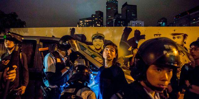Polisen visiterar en man i samband med protesterna i Hongkong sent under tisdagen.  ISAAC LAWRENCE / AFP