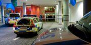 Polis på plats vid akuten i Malmö.  Johan Nilsson/TT / TT NYHETSBYRÅN
