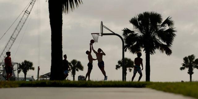 Illustrationsbild: Människor spelar basket i Port Aransas, Texas (23 maj 2020).  Eric Gay / TT NYHETSBYRÅN