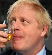 Brittisk premiärminister med skotsk whisky. Arkivbild. Daniel Leal-Olivas / TT NYHETSBYRÅN