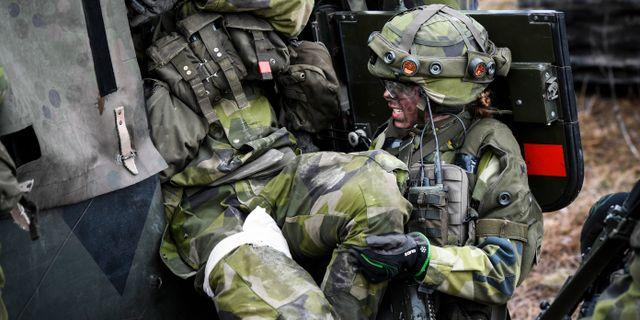 En soldat i full stridsutrustning under övning i markstrid i stadsmiljö. Pontus Lundahl/TT / TT NYHETSBYRÅN