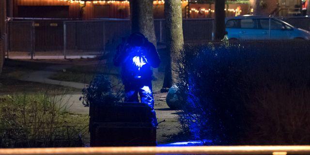 Polisens kriminaltekniker undersöker en lekplats i samband med den misstänkta gruppvåldtäkten. Johan Nilsson/TT / TT NYHETSBYRÅN