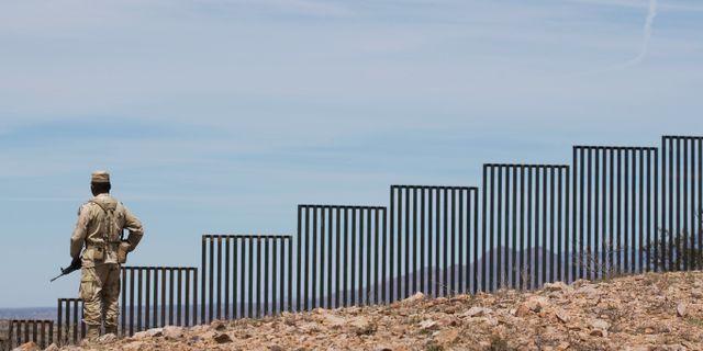 En mexikansk soldat bevakar gränsen mot USA. Guillermo Arias / TT NYHETSBYRÅN