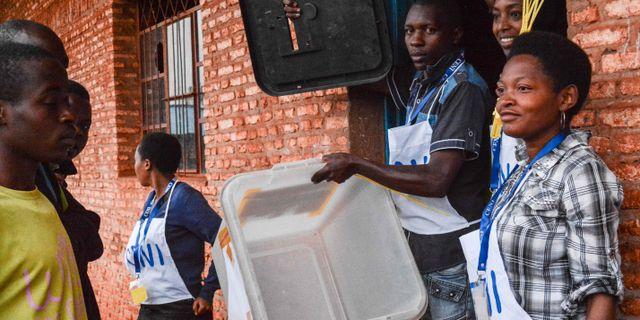 Valarbetare vid en vallokal i Ngozi i norra Burundi. STR / AFP