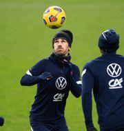 Frankrikes stjärna Antoine Griezmann leker med bollen. JOEL MARKLUND / BILDBYRÅN