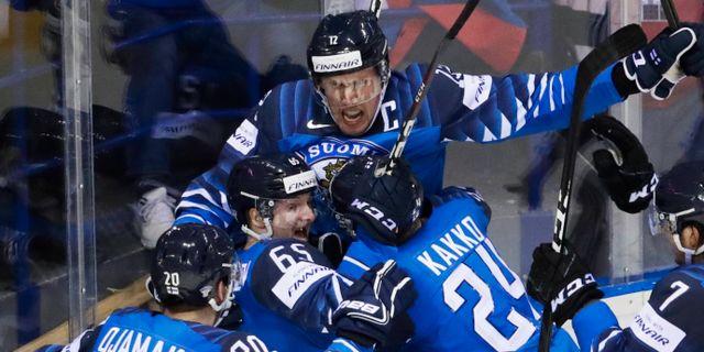 Finländskt firande under matchen mot Sverige.  DAVID W CERNY / BILDBYRÅN