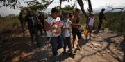 Venezuelaner passerar gränsen in i Colombia.  Fernando Vergara / TT NYHETSBYRÅN/ NTB Scanpix