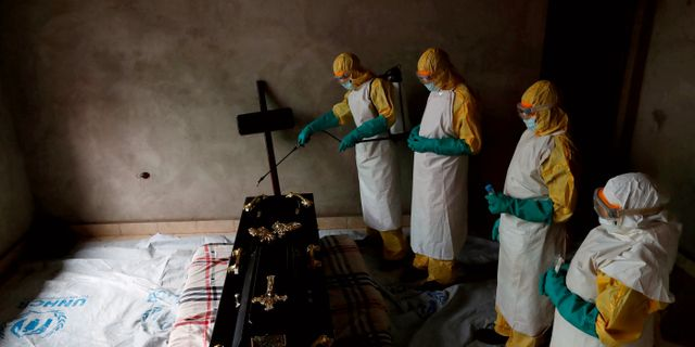 Sjukvårdare arbetar med ett rum inför begravningen av ett ebolaoffer. Goran Tomasevic / TT NYHETSBYRÅN