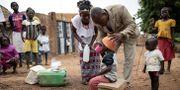 Sjukvårdsarbetare ger ett barn medicin som förebygger malaria i augusti, Goundri, Burkina Faso. OLYMPIA DE MAISMONT / AFP