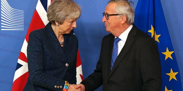 Theresa May och Jean-Claude Juncker skakar hand inför mötet. Francisco Seco / TT NYHETSBYRÅN/ NTB Scanpix