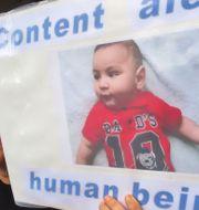 Kvinna i Sydney protesterar mot att spädbarn skickas till flyktinganläggningarna på Papua Nya Guinea. WILLIAM WEST / AFP