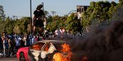 Våldsamma protester där en bil sattes i brand i Minneapolis.  Carlos Gonzalez / TT NYHETSBYRÅN