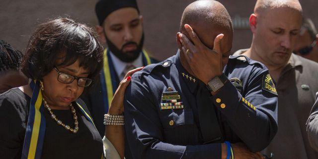 Dallas polischef David Brown torkar tårarna under en minnesceremoni den 8 juli. LAURA BUCKMAN / AFP