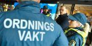 Mikael Damberg i samtal med ordningsvakter. Arkivbild.  Claudio Bresciani/TT / TT NYHETSBYRÅN