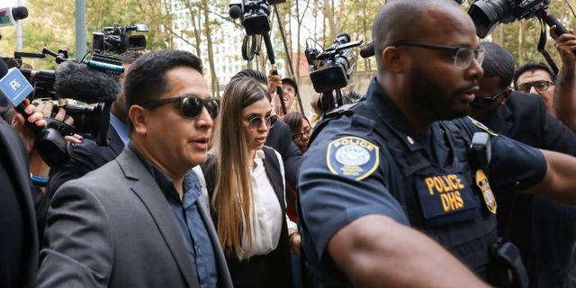 """Joaquín """"El Chapo"""" Guzmáns fru Emma Coronel Aispuro anländer till domstolen inför att påföljden ska avkunnas.  BRENDAN MCDERMID / TT NYHETSBYRÅN"""