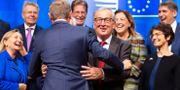 EU-kommissionens ordförande Jean-Claude Juncker kramar om Donald Tusk i Bryssel idag. Virginia Mayo / TT NYHETSBYRÅN