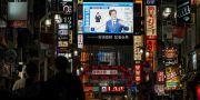Japans premiärminister Shinzo Abe ses på en tv-skärm.  Naoki Ogura / TT NYHETSBYRÅN