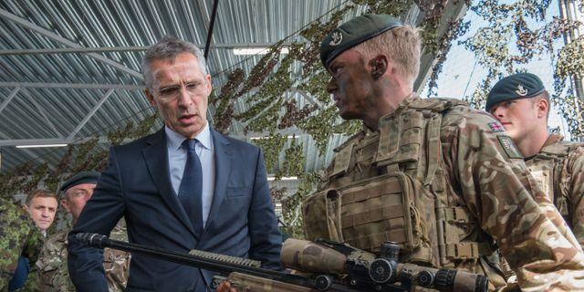 Natos generalsekreterare Jens Stoltenberg besöker en Natobas i Estland.  RAIGO PAJULA / AFP