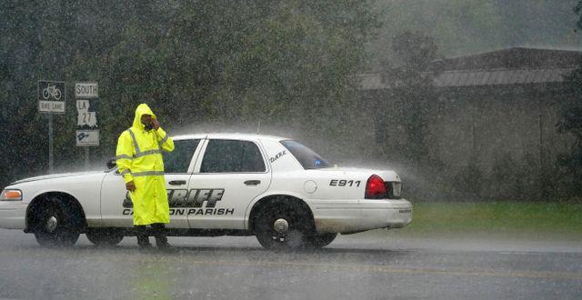 En polis vid en vägavspärrning i Lake Charles under gårdagen. Gerald Herbert / TT NYHETSBYRÅN