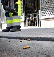 Fimpar och skräp plockas upp av renhållningsarbetare. Tomas Oneborg / SvD / TT / TT NYHETSBYRÅN