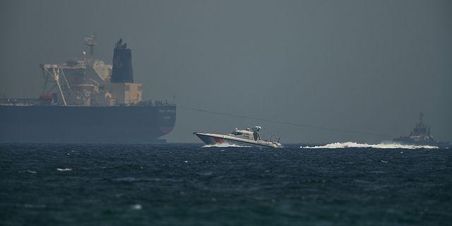 Kustbevakningen utanför Förenade arabemiraten vaktar en oljetank efter att Saudiarabien uppgett att flera fartyg blivit utsatta för attacker. Ett av fartygen ska ha varit på väg med olja till USA. AP