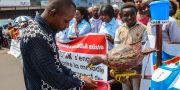En person tvättar sina händer i samband med en kampanj för att uppmärksamma kampen mot ebola.  Justin Kabumba / TT NYHETSBYRÅN